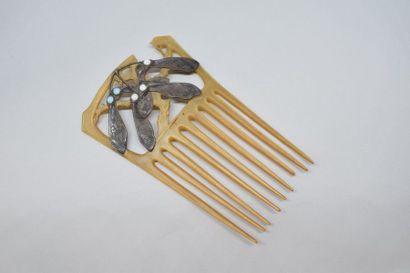 Peigne en corne décoré de gyroptères en argent...