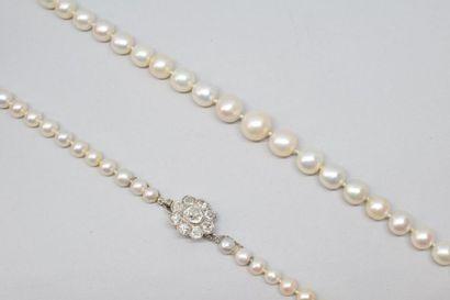 Collier de soixante-dix-sept perles fines...