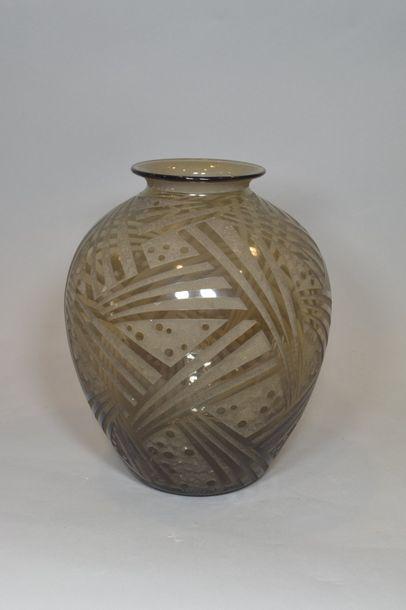 DAUM  Vase ovoïde épaulé et col ouvert. Épreuve...