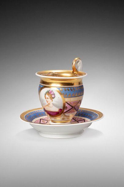 Tasse à café et sa sous -tasse en porcelaine...