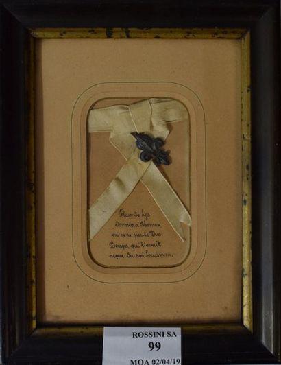Souvenir historique avec ruban en soie blanche...