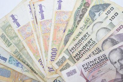 Ensemble de billets de banque majoritairement...