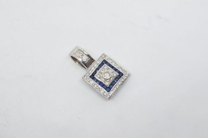 Pendentif or gris 18k (750) ornée de diamants...