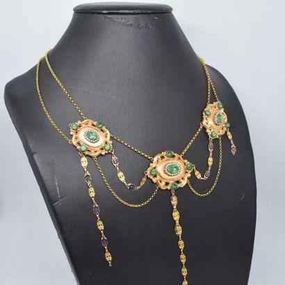 Collier en or jaune 18k (750) orné de pierres vertes et perles. Le fermoir émaillé....