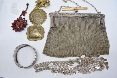 Lot de bijoux fantaisies comprenant un bracelet...