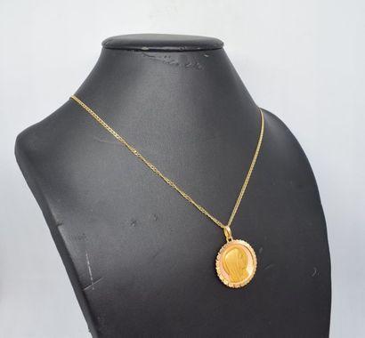 Chaîne en or jaune 18k (750) et son pendentif...