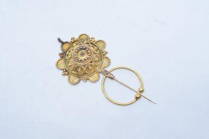 Fibule en or jaune 18k (750) stylisant une...