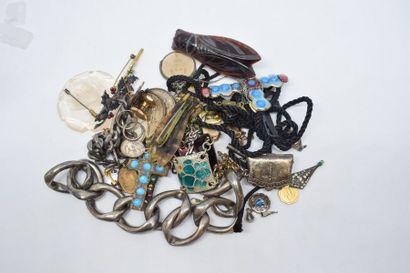 Lot de bijoux fantaisies et de trois pièces...