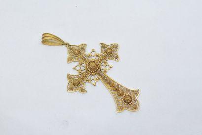 Croix en or jaune 18k (750) à décor de volutes...