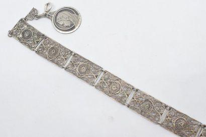 Bracelet en argent à décor ajouré d'enroulements...