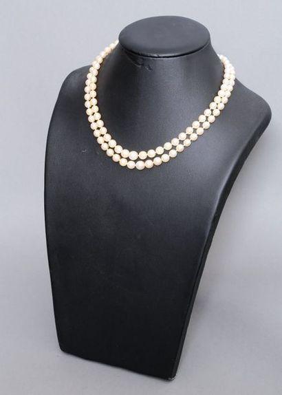 Collier à deux rangs de perles fantaisies....