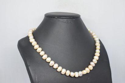 Collier de perles baroques. Fermoir en or...