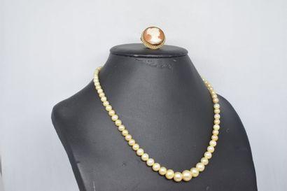 Lot comprenant un collier de perle fantaisies...