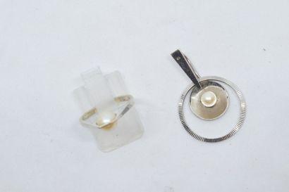 Bague en or gris 18k (750) ornée d'une perle...