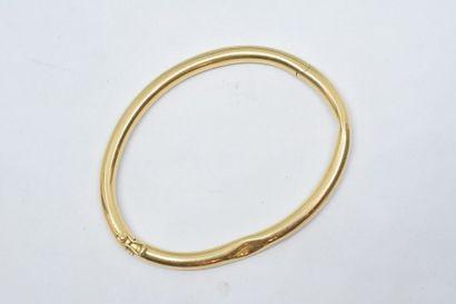 Bracelet rigide en or jaune 18k (750). (Accident)....