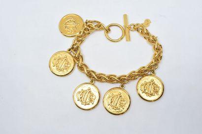 Bracelet breloques en métal doré.  Signé...