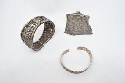 Lot de bijoux en argent comprenant deux bracelets...