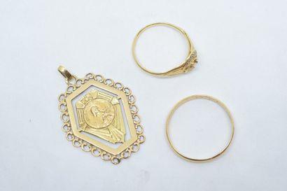 Lot d'or jaune 18k (750) comprenant un pendentif...