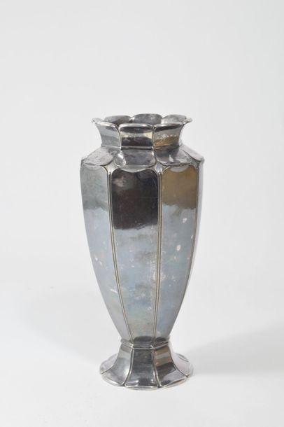 GALLIA Haut vase sur piédouche à pans coupés...