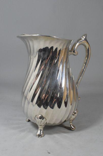 Broc à eau en métal argenté à côtes torses...