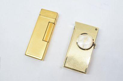 DUNHILL  Briquet Dunhill en métal doré guilloché....