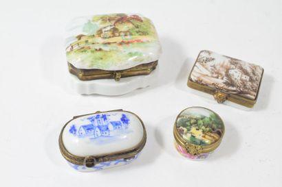 Ensemble de quatre boîtes à pilules en porcelaine,...