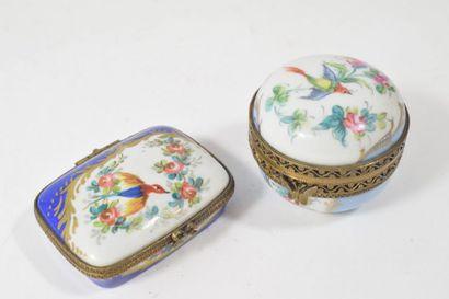 Ensemble de deux boîtes à pilules en porcelaine...