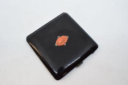 Poudrier de forme carré émaillé de noir et...