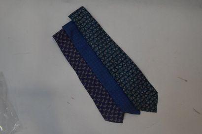 Lot de deux cravates Hermès et une Gucci...