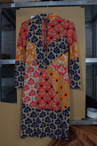 Robe en lainage de couleur avec ceinture-lien...