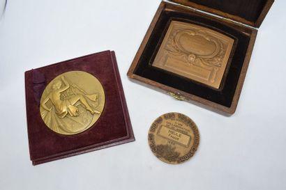 Lot de médailles en bronze comprenant :  - Syndicat Général de la Construction Electrique....