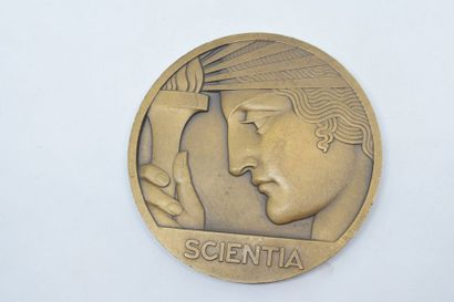 Médaille en bronze (corne d'abondance).  Avers : SCIENTIA, au dessus le buste à...