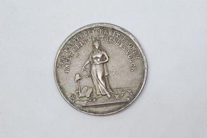 REVOLUTION  Médaille en étain commémorant l'exécution de Louis XVI et de Marie-Antoinette,...