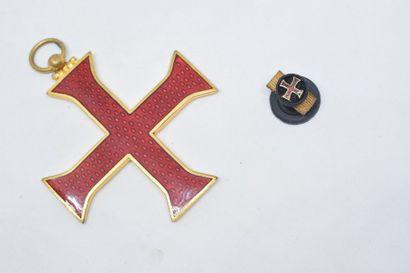 Médaille en métal doré et émail de l'ordre...