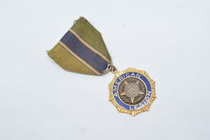 Médaille en métal doré de l' American Legion...