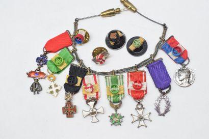 Brochette de huit décorations miniatures...