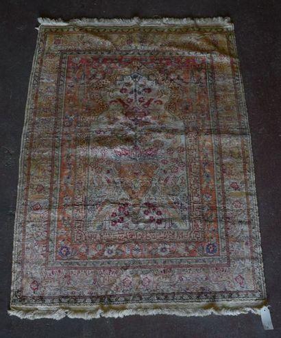 Cesaree soyeux, Turquie, vers 1970.  Coton mercerisé, tapis de prières. Fond crème...