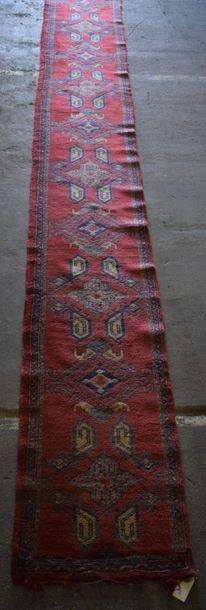 Galerie Smyrne, Turquie vers 1920. Fond rouge...