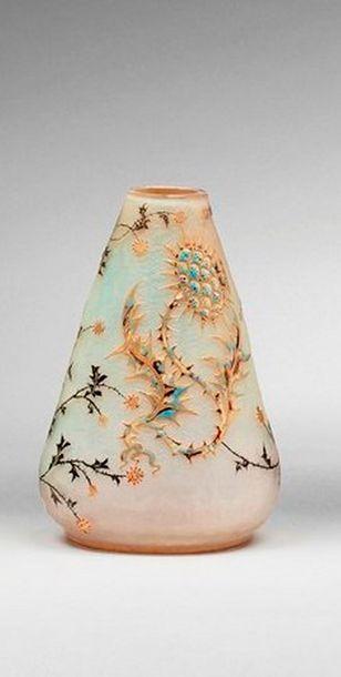 DAUM  Vase toupie à panse légèrement aplatie....