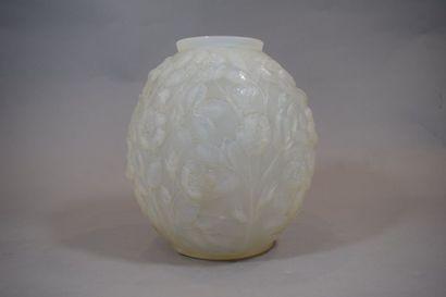 VERLYS  Vase boule en verre opalescent moulé...