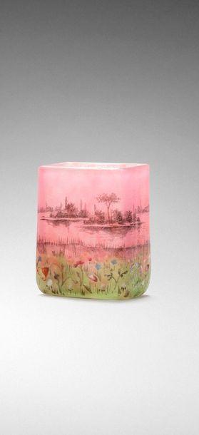 DAUM  Vase miniature à corps quadrangulaire....