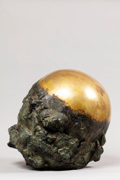 TULLIO Anita, 1935-2014  Sphère dorée  bronze poli et partiellement à patine verte,...