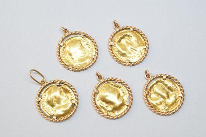 Cinq pendentifs en or jaune 18K (750) ornés...
