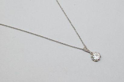 Pendentif en platine orné d'un diamant demi...