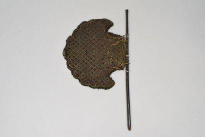 Ecran Tourniquet  Feuille, tissu brodé et pailleté.  Monture : feuille de bas argent...