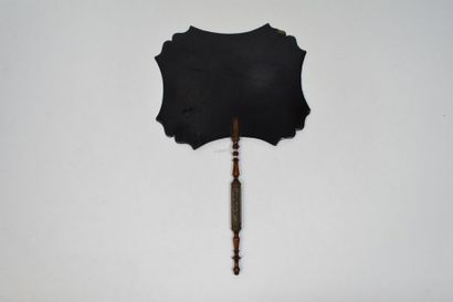 Ecran en carton bouilli, noirci à décor de fleurs.  Manche en bois sculpté.  (Léger...