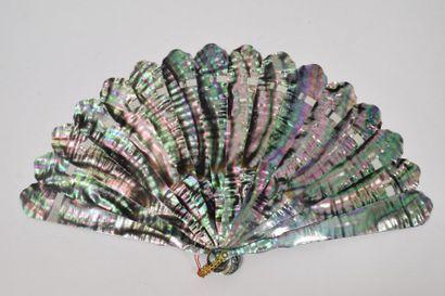 Irisation (1) Eventail de type brisé en nacre goldfish. Bélière. Vers 1880. 8''...
