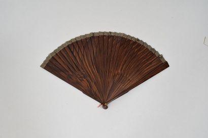 Le zebrano  Eventail de type brisé en bois zebrano.  Vers 1880.8'' - 22 cm.  ...