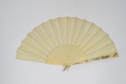 Japonaiserie  Eventail, la feuille en peau peinte à la gouache de personnages en...