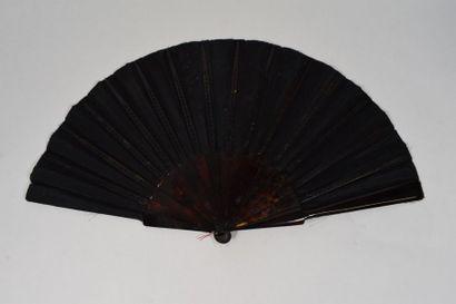 La nuit  Eventail, la feuille en soie noire peinte à la gouache.  La nuit, vêtue...
